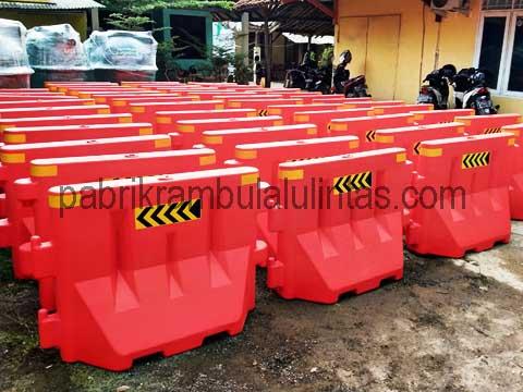 Pembagi Lajur atau Jalur Sementara ( Water Barrier )